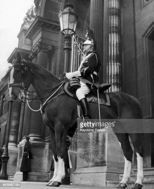 Garde républicain à cheval devant l'entrée du palais de l'Elysée à Paris France le 6 février 1959