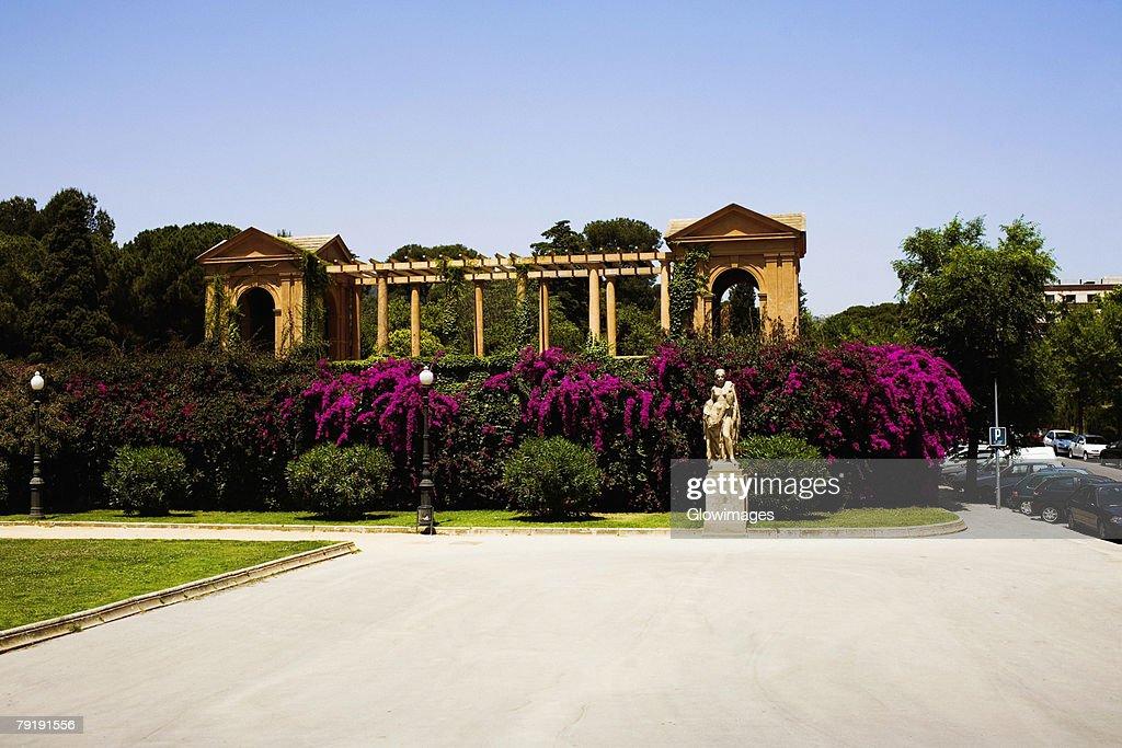 Garden in front of a building, Parc Guell, Barcelona, Spain : Foto de stock