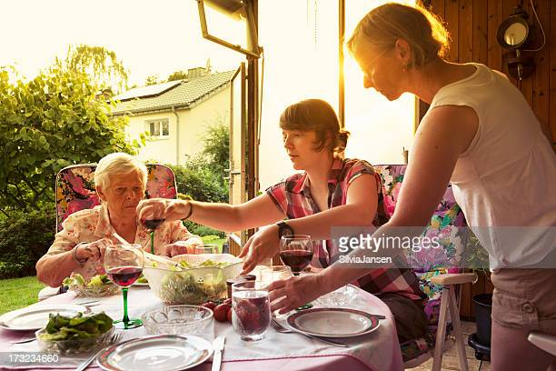 Familia de fiesta en el jardín con