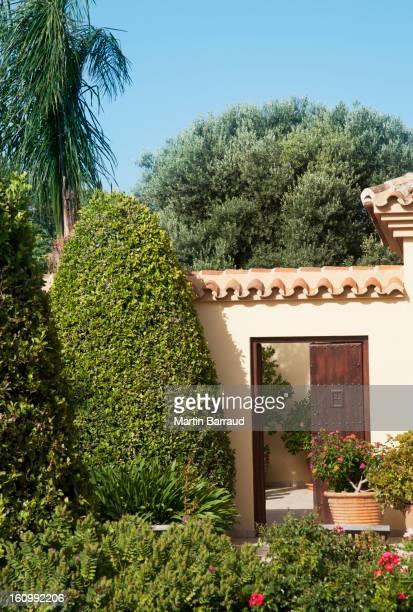 Jardim envolvendo pátio porta de entrada do Luxo villa