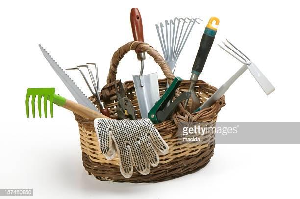 Outils de jardin dans le panier