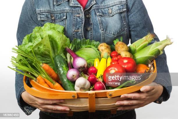 Gardener Farmer hält ein Harvest Korb mit frischem Gemüse