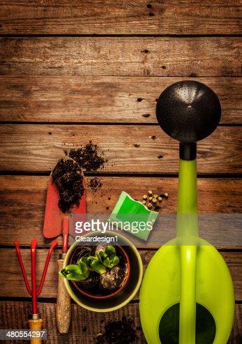 Ferramentas de jardinagem na mesa de madeira vintage-spring : Foto de stock