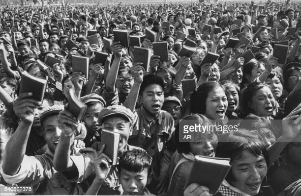 Gardes rouges brandissant le Petit Livre rouge en criant 'Longue vie au président Mao' le 7 décembre 1967 à Pékin Chine