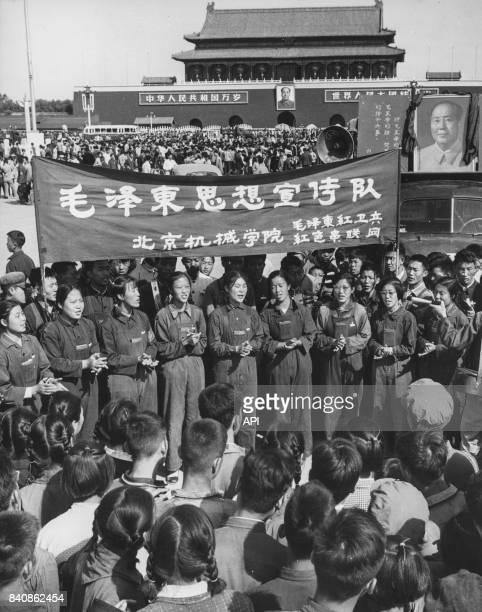 Gardes rouges chantant les louanges de Mao sur la place Tian'anmen le 25 octobre 1966 à Pékin Chine