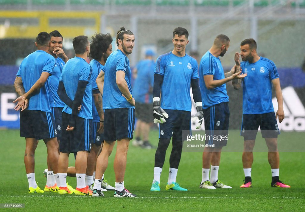 <a gi-track='captionPersonalityLinkClicked' href=/galleries/search?phrase=Gareth+Bale&family=editorial&specificpeople=609290 ng-click='$event.stopPropagation()'>Gareth Bale</a> of Real Madrid and teammates wait around for start of the Real Madrid training session on the eve of the UEFA Champions League Final against Atletico de Madrid at Stadio Giuseppe Meazza on May 27, 2016 in Milan, Italy.