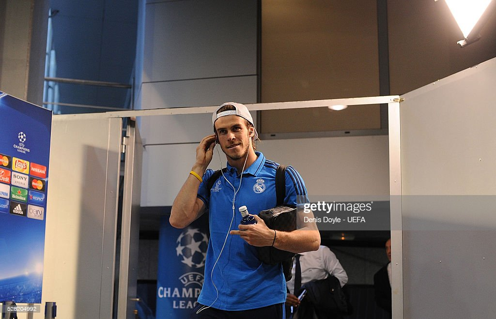 <a gi-track='captionPersonalityLinkClicked' href=/galleries/search?phrase=Gareth+Bale&family=editorial&specificpeople=609290 ng-click='$event.stopPropagation()'>Gareth Bale</a> of Real Madrid arrives at the Santiago Bernabeu stadium ahead of the UEFA Champions League Semi Final second leg match between Real Madrid and Manchester City FC at Estadio Santiago Bernabeu on May 4, 2016 in Madrid, Spain.