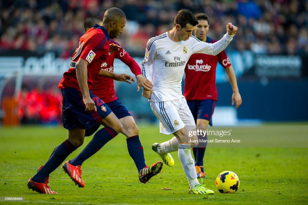 <a gi-track='captionPersonalityLinkClicked' href=/galleries/search?phrase=Gareth+Bale&family=editorial&specificpeople=609290 ng-click='$event.stopPropagation()'>Gareth Bale</a> of Real Madrid CF duels for the ball with <a gi-track='captionPersonalityLinkClicked' href=/galleries/search?phrase=Jordan+Loties&family=editorial&specificpeople=2546491 ng-click='$event.stopPropagation()'>Jordan Loties</a> of CA Osasuna during the La Liga match between CA Osasuna and Real Madrid CF at Estadio Reyno de Navarra on December 14, 2013 in Pamplona, Spain.