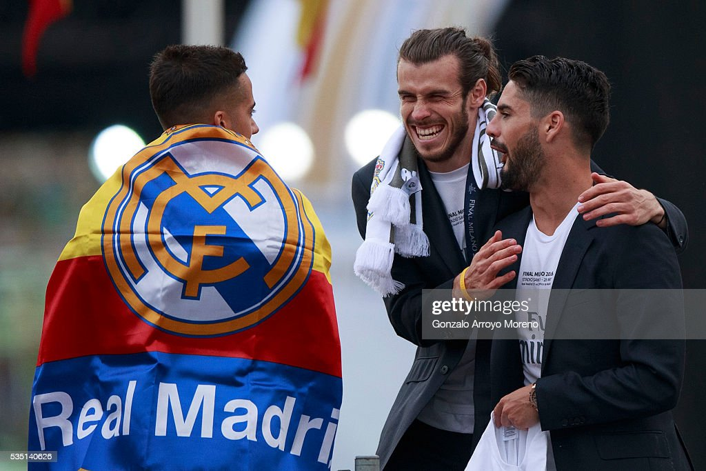 <a gi-track='captionPersonalityLinkClicked' href=/galleries/search?phrase=Gareth+Bale&family=editorial&specificpeople=609290 ng-click='$event.stopPropagation()'>Gareth Bale</a> (2ndL) of Real Madrid CF jokes with his teammates Francisco Roman Alarcon alias <a gi-track='captionPersonalityLinkClicked' href=/galleries/search?phrase=Isco&family=editorial&specificpeople=5848609 ng-click='$event.stopPropagation()'>Isco</a> (R) and Lucas Vazquez (L) during their team celebration at Cibeles square after winning the Uefa Champions League Final match agains Club Atletico de Madrid on May 29, 2016 in Madrid, Spain.