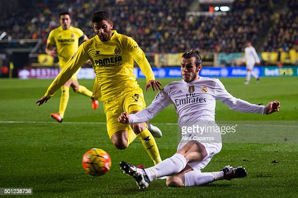 Gareth Bale of Real Madrid CF passes the ball next to Mateo Pablo Musacchio of Villarreal CF during the La Liga match between Villarreal CF and Real...