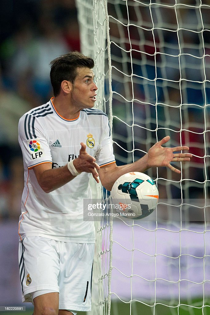 Gareth Bale of Real Madrid CF rounds the goal protesting to the referee after failing to score during the La Liga match between Real Madrid CF and Club Atletico de Madrid at Estadio Santiago Bernabeu on September 28, 2013 in Madrid, Spain.
