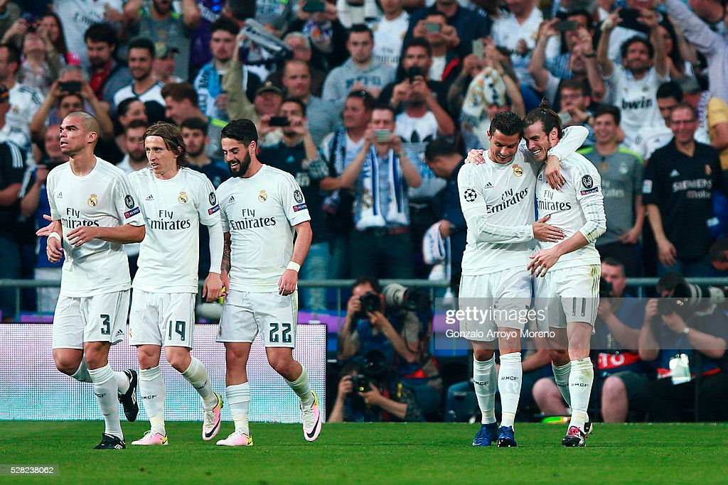 <a gi-track='captionPersonalityLinkClicked' href=/galleries/search?phrase=Gareth+Bale&family=editorial&specificpeople=609290 ng-click='$event.stopPropagation()'>Gareth Bale</a> of Real Madrid is congratulated by teammate Ronaldo after scoring the opening goal during the UEFA Champions League semi final, second leg match between Real Madrid and Manchester City FC at Estadio Santiago Bernabeu on May 4, 2016 in Madrid, Spain.