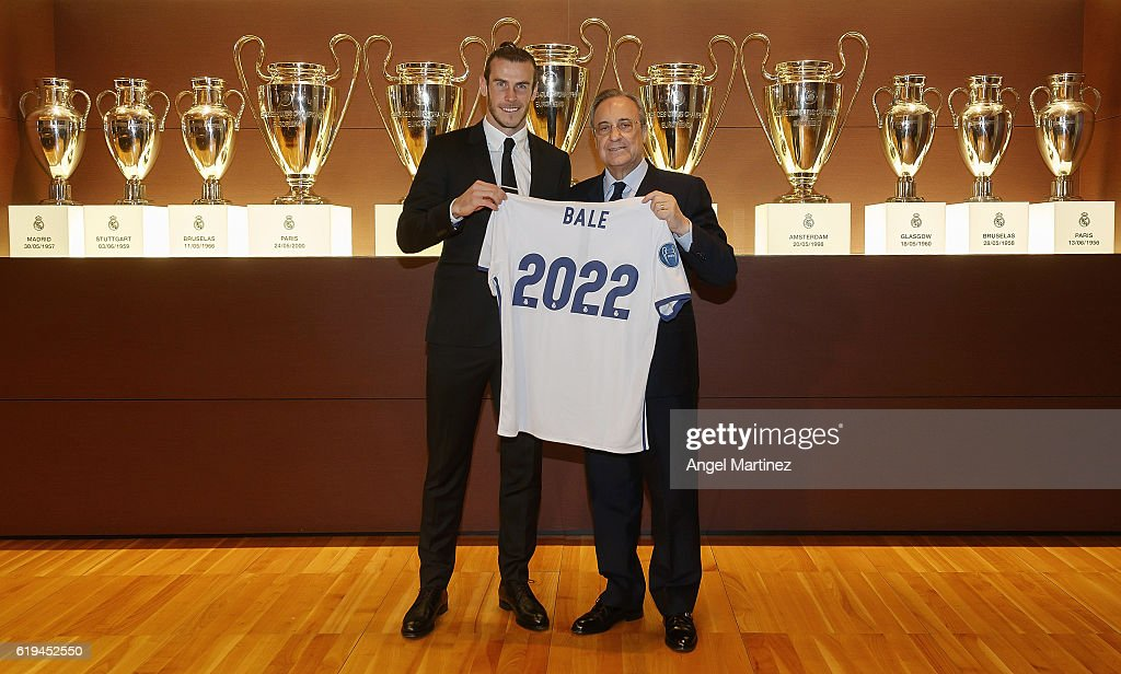 Gareth Bale (L) of Real Madrid poses with president Florentino Perez after signing his contract extension with the club until 2022 at Estadio Santiago Bernabeu on October 31, 2016 in Madrid, Spain.