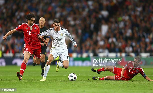 Gareth Bale of Real Madrid takes on Javi Martinez and Philipp Lahm of Bayern Muenchen during the UEFA Champions League semifinal first leg match...
