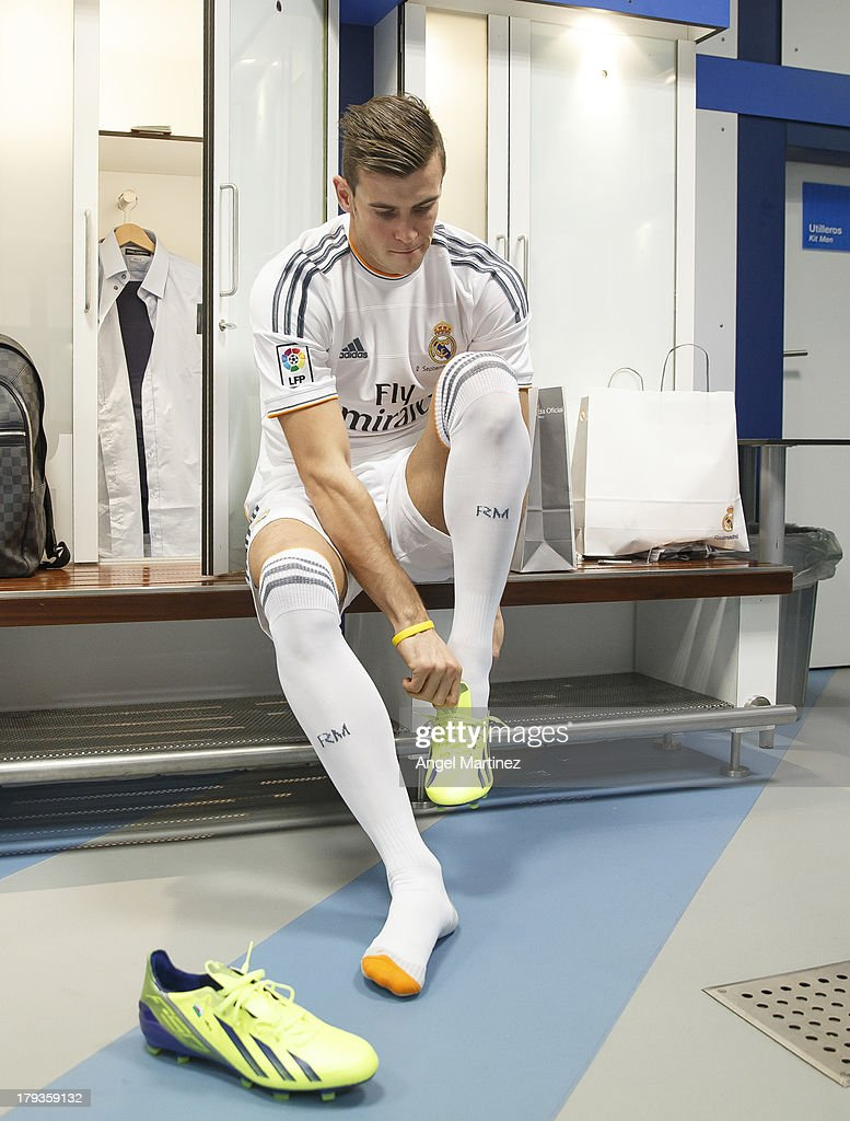 <a gi-track='captionPersonalityLinkClicked' href=/galleries/search?phrase=Gareth+Bale&family=editorial&specificpeople=609290 ng-click='$event.stopPropagation()'>Gareth Bale</a> puts on his boots before his official presentation as a new Real Madrid player at Estadio Santiago Bernabeu on September 2, 2013 in Madrid, Spain.