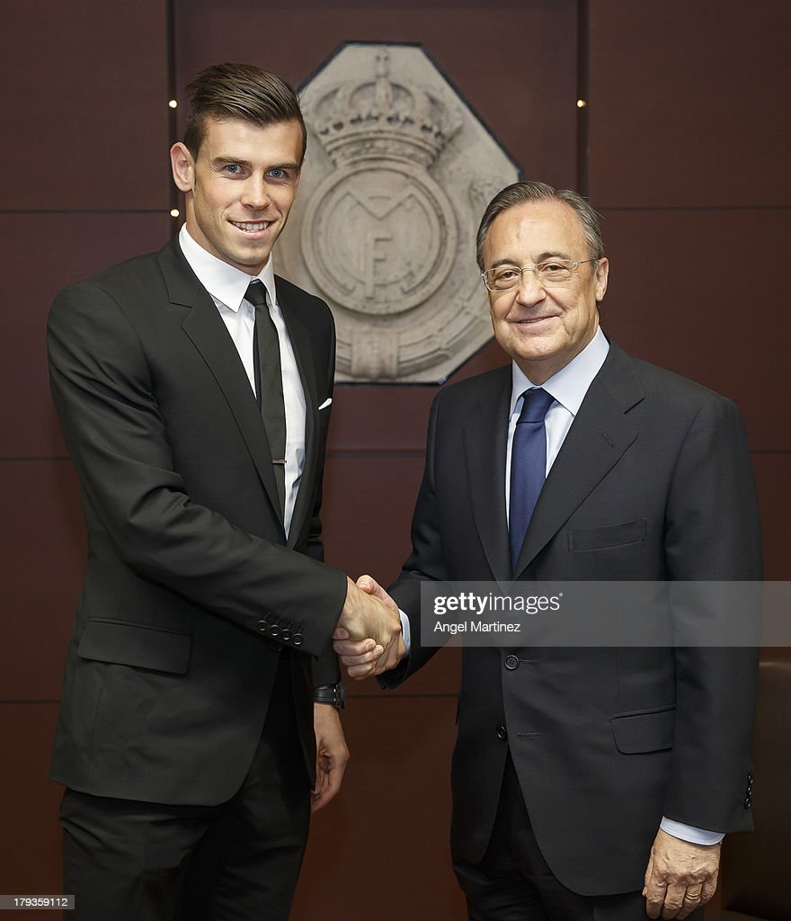 Gareth Bale (L) shakes hands with Real Madrid's President Florentino Perez during his official presentation as a new Real Madrid player at Estadio Santiago Bernabeu on September 2, 2013 in Madrid, Spain.