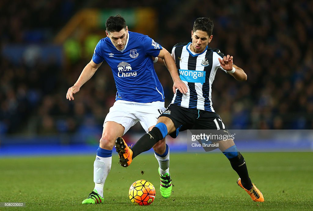 <a gi-track='captionPersonalityLinkClicked' href=/galleries/search?phrase=Gareth+Barry&family=editorial&specificpeople=209123 ng-click='$event.stopPropagation()'>Gareth Barry</a> of Everton and Ayoze Perez of Newcastle United battle for the ball during the Barclays Premier League match between Everton and Newcastle United at Goodison Park on February 3, 2016 in Liverpool, England.