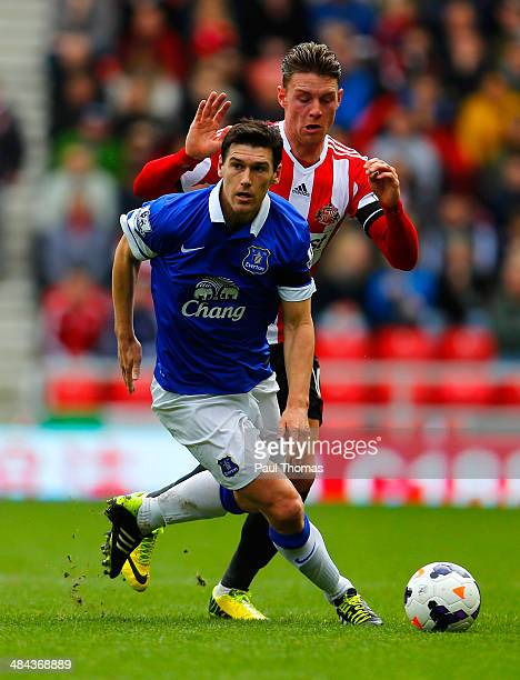 Gareth Barry of Everton and Connor Wickham of Sunderland battle for the ball during the Barclays Premier League match between Sunderland and Everton...