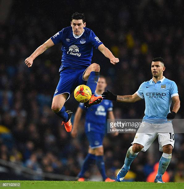 Gareth Barry of Everton controls thew ball during the Capital One Cup Semi Final second leg match between Manchester City and Everton at the Etihad...
