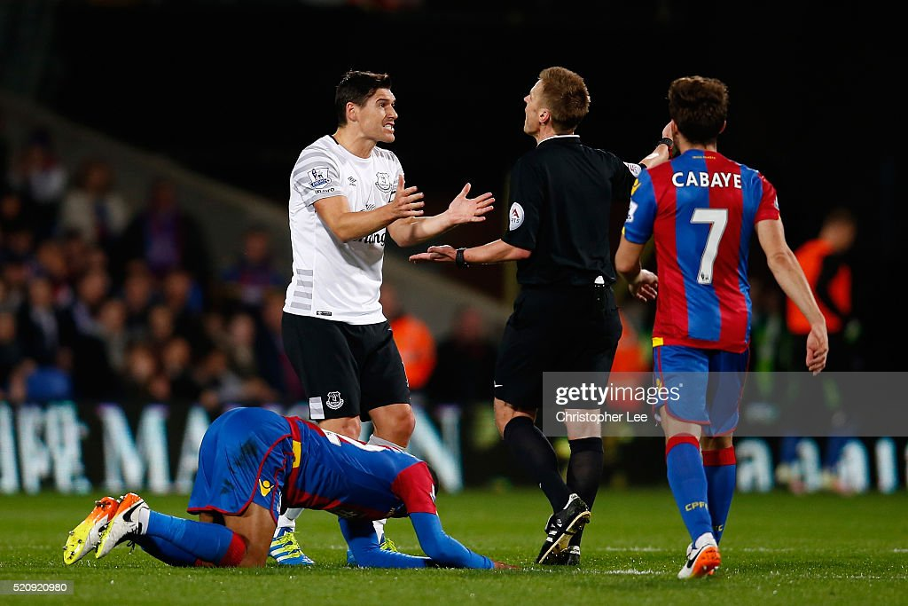 <a gi-track='captionPersonalityLinkClicked' href=/galleries/search?phrase=Gareth+Barry&family=editorial&specificpeople=209123 ng-click='$event.stopPropagation()'>Gareth Barry</a> of Everton reacts with referee <a gi-track='captionPersonalityLinkClicked' href=/galleries/search?phrase=Mike+Jones+-+%C3%81rbitro&family=editorial&specificpeople=7275880 ng-click='$event.stopPropagation()'>Mike Jones</a> during the Barclays Premier League match between Crystal Palace and Everton at Selhurst Park on April 13, 2016 in London, England.