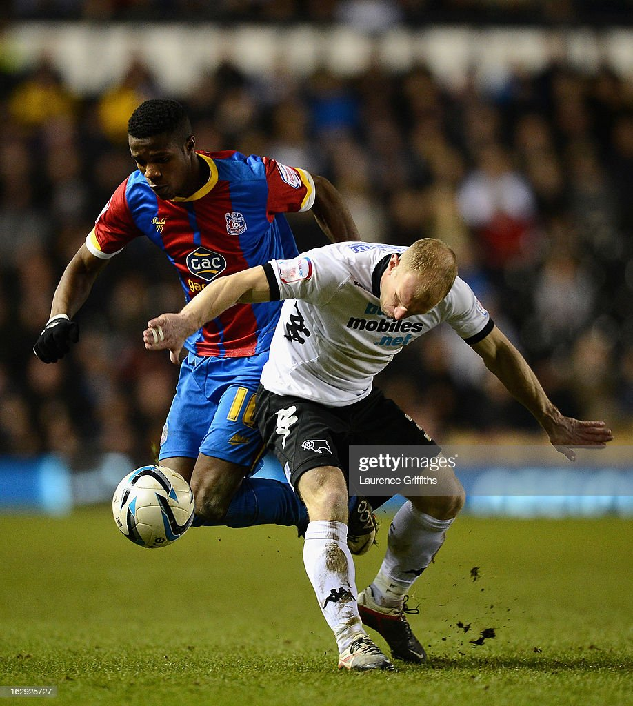 Gareth Roberts of Derby County battles with <a gi-track='captionPersonalityLinkClicked' href=/galleries/search?phrase=Wilfried+Zaha&family=editorial&specificpeople=7132531 ng-click='$event.stopPropagation()'>Wilfried Zaha</a> of Crystal Palace during the npower Championship match between Derby County and Crystal Palace at Pride Park Stadium on March 1, 2013 in Derby, England.