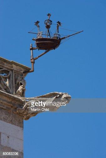 gargoyle and boat, Loge de Mer : Bildbanksbilder