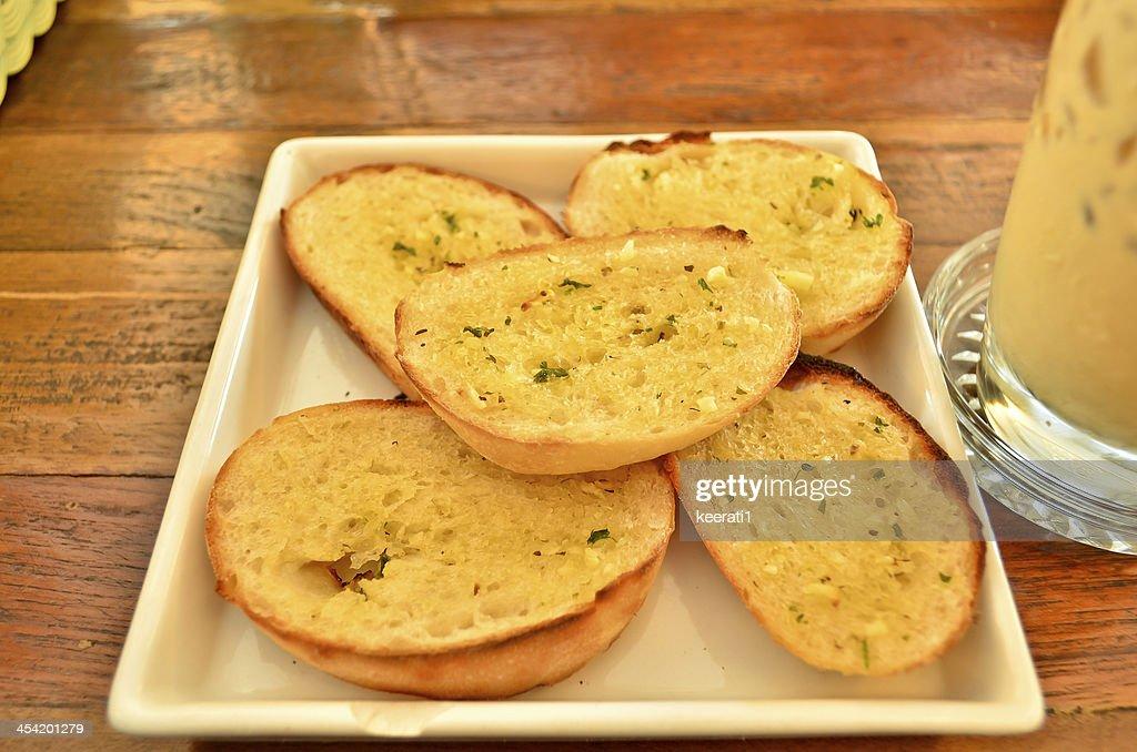 Alho e Pão de ervas. : Foto de stock