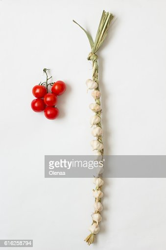 Garlic heads  tied and  branch of cherry tomato : Foto de stock