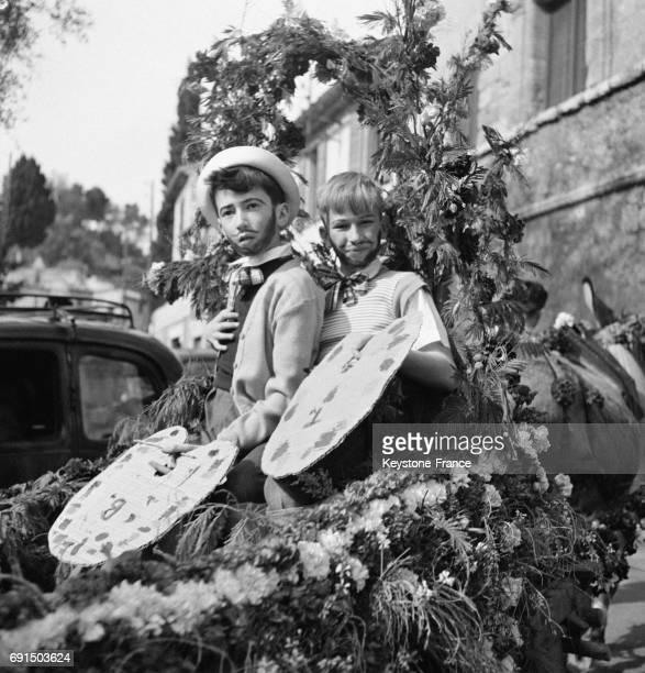 Garçons en costume régional sur le char fleuris des Arts à SaintPauldeVence France le 13 avril 1953