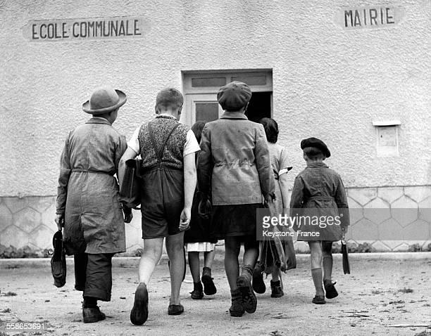 Garçons entrant dans une école communale le jour de la rentrée scolaire en Lozère France circa 1960