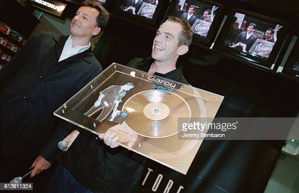 Garou holding his golden disc