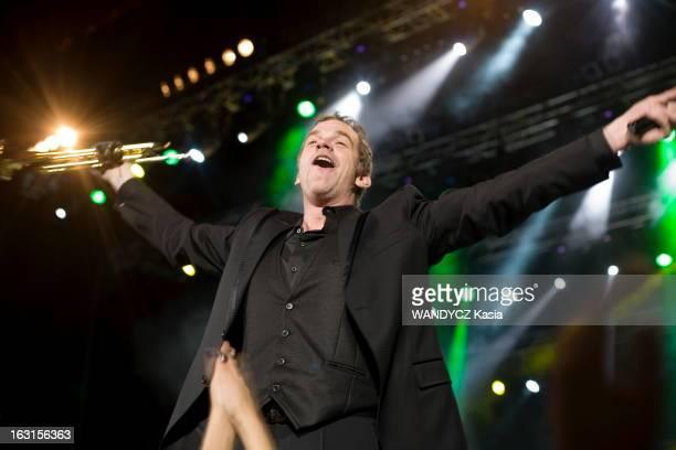 Garou Tour In Russia Moscou Novembre 2010 Concert du chanteur québécois GAROU au Crocus Hall Attitude bras écartés sur scène