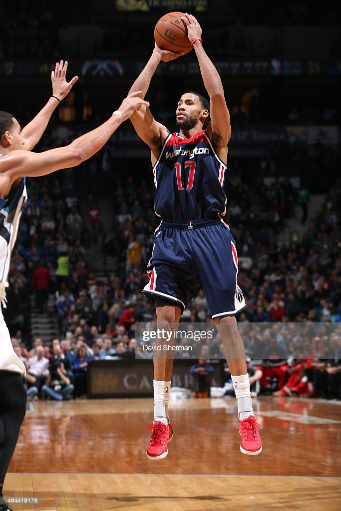 Garrett Temple of the Washington Wizards shoots against the Minnesota Timberwolves during the game on February 25 2015 at Target Center in...