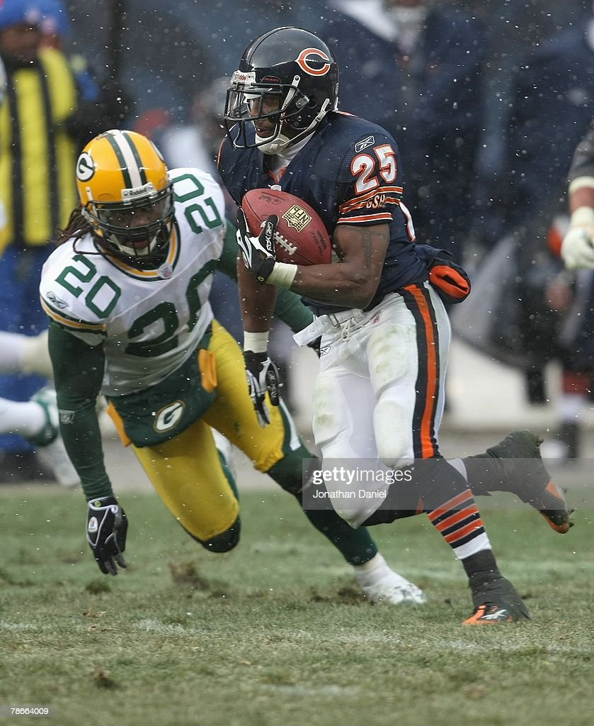 Garrett Wolfe #25 of the Chicago Bears runs the ball against the Green Bay Packers on December 23, 2007 at Soldier Field in Chicago, Illinois.