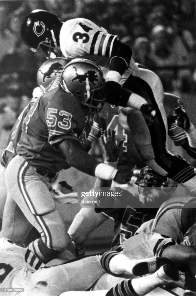 Garry Cobb #53 of the Detroit Lions tries to tackle <a gi-track='captionPersonalityLinkClicked' href=/galleries/search?phrase=Walter+Payton&family=editorial&specificpeople=216517 ng-click='$event.stopPropagation()'>Walter Payton</a> #34 of the Chicago Bears during an NFL game circa 1982 at the Pontiac Silverdome in Detroit, Michigan.