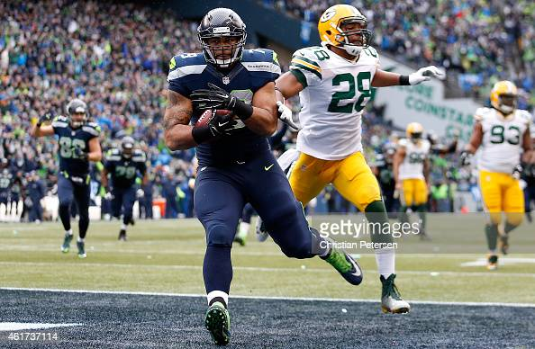 Garry Gilliam of the Seattle Seahawks catches a pass for a touchdown on a fake field goal in front of Sean Richardson of the Green Bay Packers during...