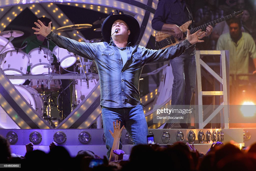 <a gi-track='captionPersonalityLinkClicked' href=/galleries/search?phrase=Garth+Brooks&family=editorial&specificpeople=206288 ng-click='$event.stopPropagation()'>Garth Brooks</a> performs at the Allstate Arena on September 4, 2014 in Rosemont, Illinois.