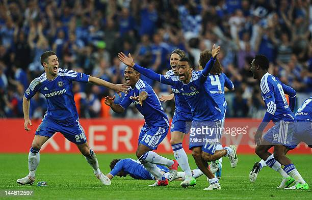 Gary Cahill Florent Malouda Fernando Torres and Jose Bosingwa of Chelsea celebrate after Didier Drogba scored the winning penalty during UEFA...