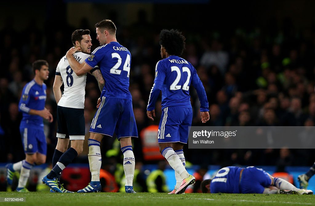 Gary Cahill of Chelsea steps in to separate the warring Ryan Mason of Tottenham Hotspur and Willian of Chelsea during the Barclays Premier League match between Chelsea and Tottenham Hotspur at Stamford Bridge on May 02, 2016 in London, England.
