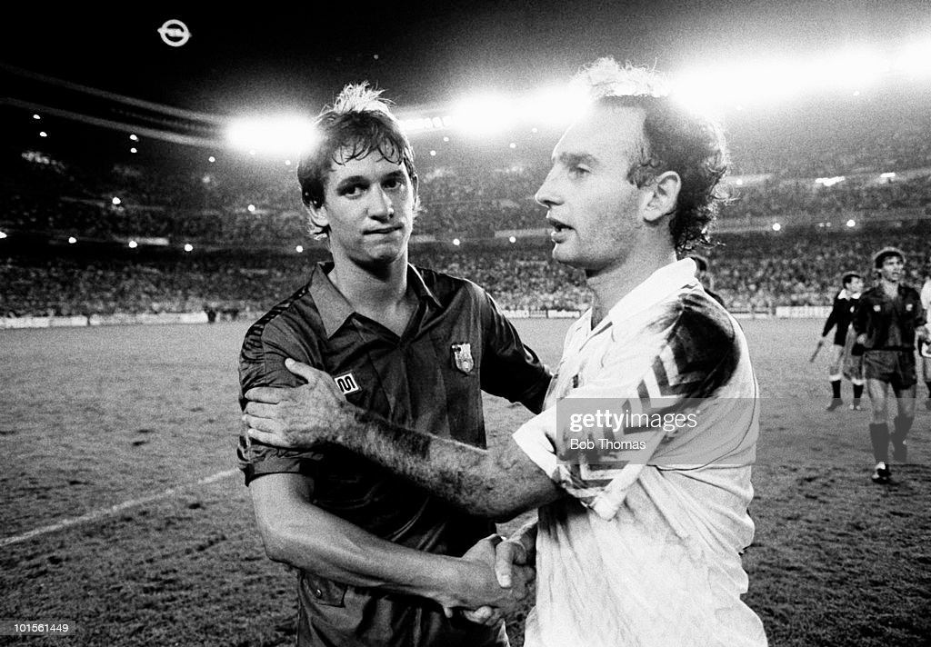 Gary Lineker of Barcelona (left) with Ricarado Gallego of Real Madrid following their Spanish League match held at the Santiago Bernabeu Stadium in Madrid on 8th October 1986. The match ended in a 1-1 draw. (Bob Thomas/Getty Images).