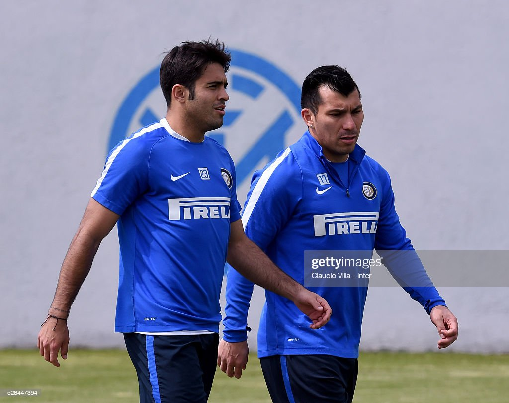 <a gi-track='captionPersonalityLinkClicked' href=/galleries/search?phrase=Gary+Medel&family=editorial&specificpeople=4123504 ng-click='$event.stopPropagation()'>Gary Medel</a> (R) and Eder chat during the FC Internazionale training session at the club's training ground at Appiano Gentile on May 5, 2016 in Como, Italy.