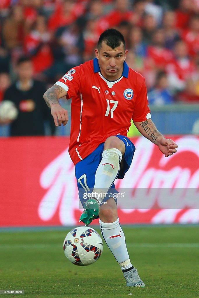 <a gi-track='captionPersonalityLinkClicked' href=/galleries/search?phrase=Gary+Medel&family=editorial&specificpeople=4123504 ng-click='$event.stopPropagation()'>Gary Medel</a> of Chile drives the ball during the 2015 Copa America Chile Final match between Chile and Argentina at Nacional Stadium on July 04, 2015 in Santiago, Chile.