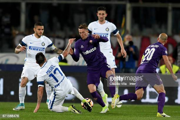 Gary Medel of FC Internazionale and Federico Bernardeschi of ACF Fiorentina compete for the ball during the Serie A match between ACF Fiorentina v FC...
