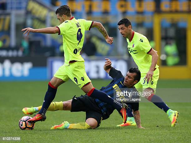 Gary Medel of Inter competes for the ball with Simone Verdi of Bologna during the Serie A match between FC Internazionale and Bologna FC at Stadio...