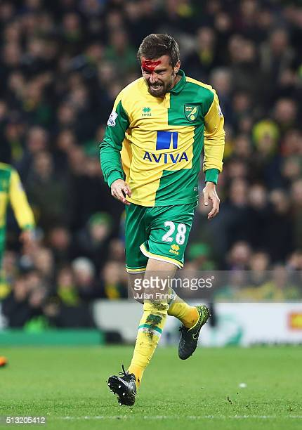 Gary O'Neil of Norwich City bleeds during the Barclays Premier League match between Norwich City and Chelsea at Carrow Road on March 1 2016 in...