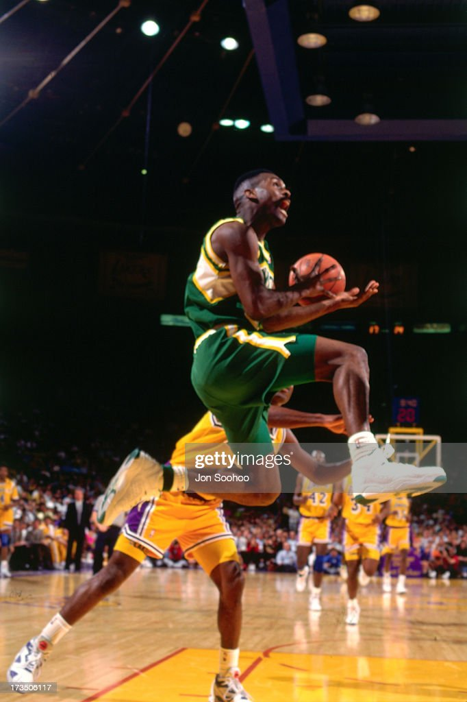 Gary Payton #20 of the Seattle SuperSonics goes up for a layup against the Los Angeles Lakers during a game played at the Great Western Forum in Los Angeles, California circa 1991.