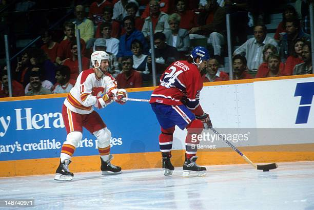 Gary Roberts of the Calgary Flames hooks Chris Chelios of the Montreal Canadiens during the 1989 Stanley Cup Finals in May 1989 at the Olympic...