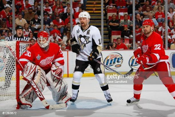 Gary Roberts of the Pittsburgh Penguins calls for the puck in front of goaltender Chris Osgood of the Detroit Red Wings during game two of the 2008...