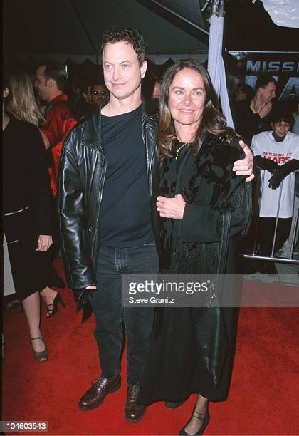 Gary Sinise Wife during 'Mission to Mars' Los Angeles Premiere at El Captain Theatre in Hollywood California United States