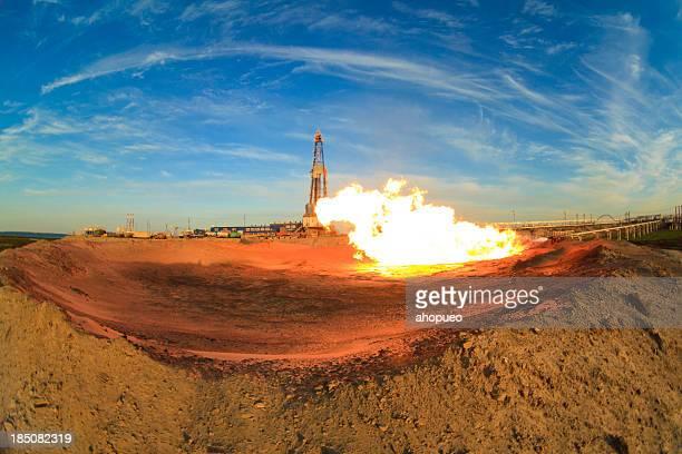 Gas fiamma sul davanti di olio rig (Russia